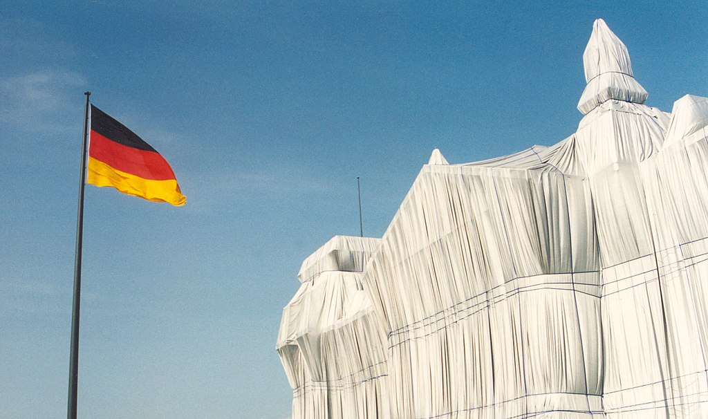 The Reichstag wrapped by Christo and Jeanne-Claude. Photograph by Oscar Wagenmans, April 1995. Creative Commons licence