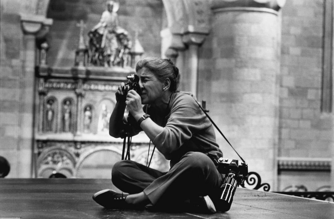 Eve Arnold in London 1963 photographed by Robert Penn on the set of Becket staring Richard Burton, Peter O'Toole and John Gielgud - © Eve Arnold/Magnum Photos